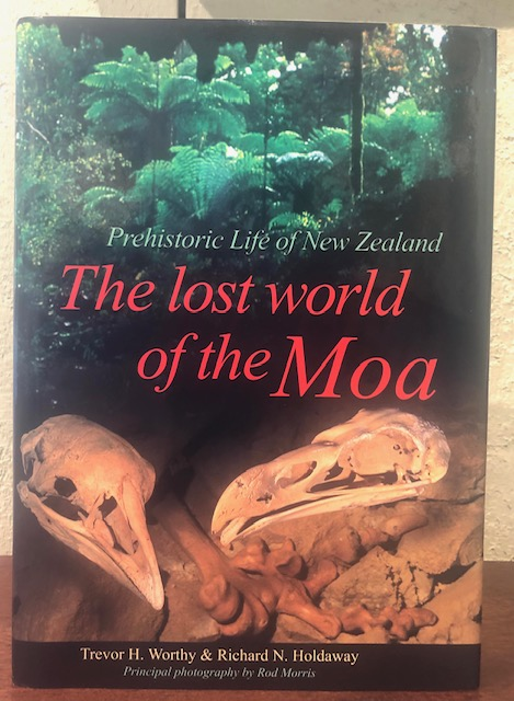 THE LOST WORLD OF THE MOA: Prehistoric Life of New Zealand. Trevor H. Worthy, Richard N. Holdaway.